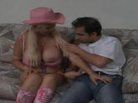 Une blonde à grosse poitrine se prend une bite dans la chatte