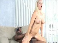 Une blonde aux gros seins dans un sexe interracial