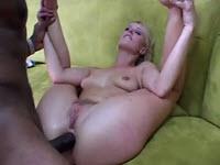 Sharon Wild aime se faire détruire l'anus