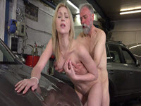 Une révision de sa voiture se transforme en une partie de sexe