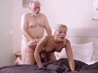 Une levrette avec un vieux excitant