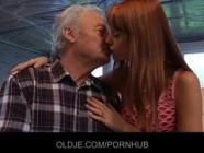 Jeune Erica baise la vieille grand-père